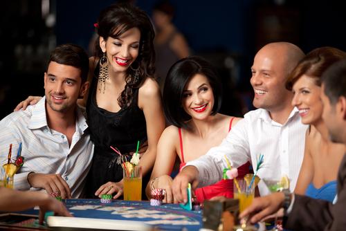groupe d'hommes et de femmes jouant au casino