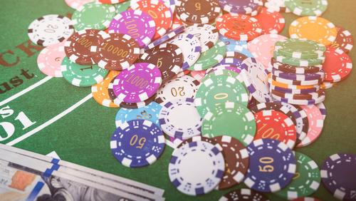 multitude de jetons de casino sur une table de jeu