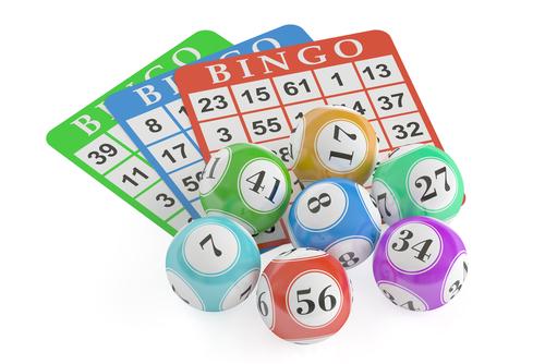 boules de bingo posées sur des grilles de bingo