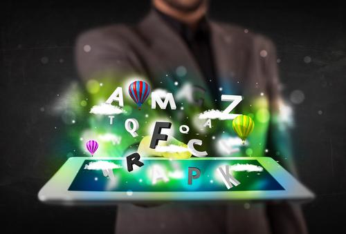 homme élégant tenant dans la paume de sa main une tablette de laquelle sortent des jeux de casino