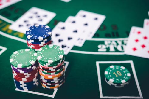 plusieurs jetons de casino disposés sur une table de jeu