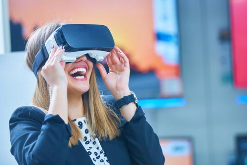 jeune femme portant un casque de réalité virtuelle