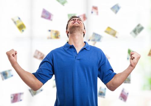 jeune homme ravi d'avoir gagné le jackpot